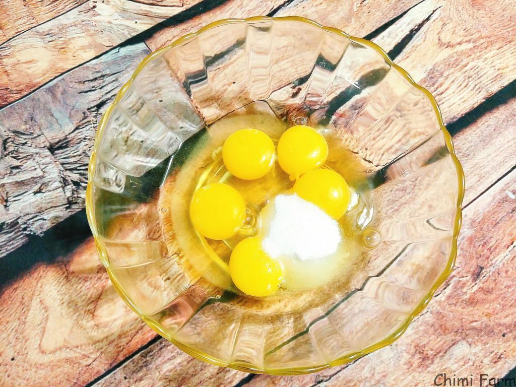 Cho trứng vào tô đánh thật đều và nhẹ tay để trứng tan mà không bị nổi bọt