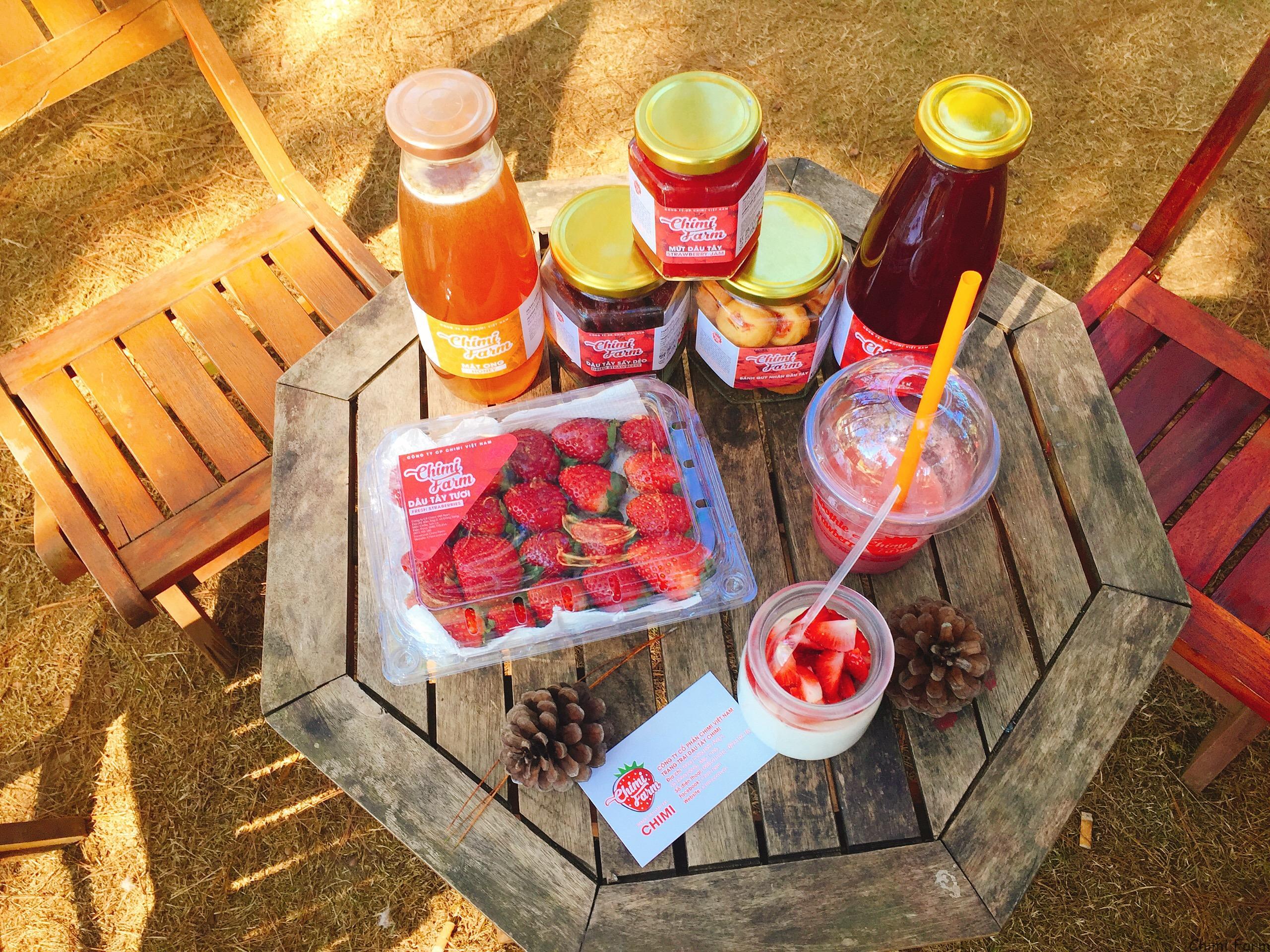 Các sản phẩm được chế biến từ dâu tây được du khách mua về làm quà tặng