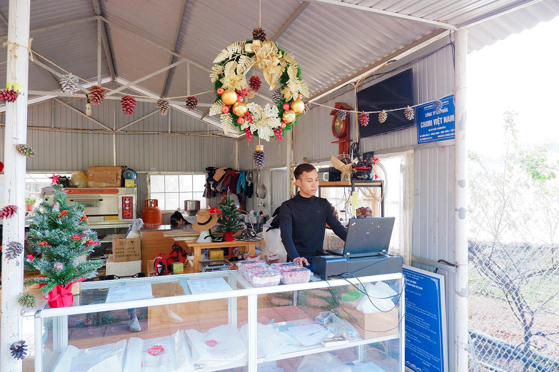 Quầy bán hàng của Chimi Farm tràn ngập không khí noel