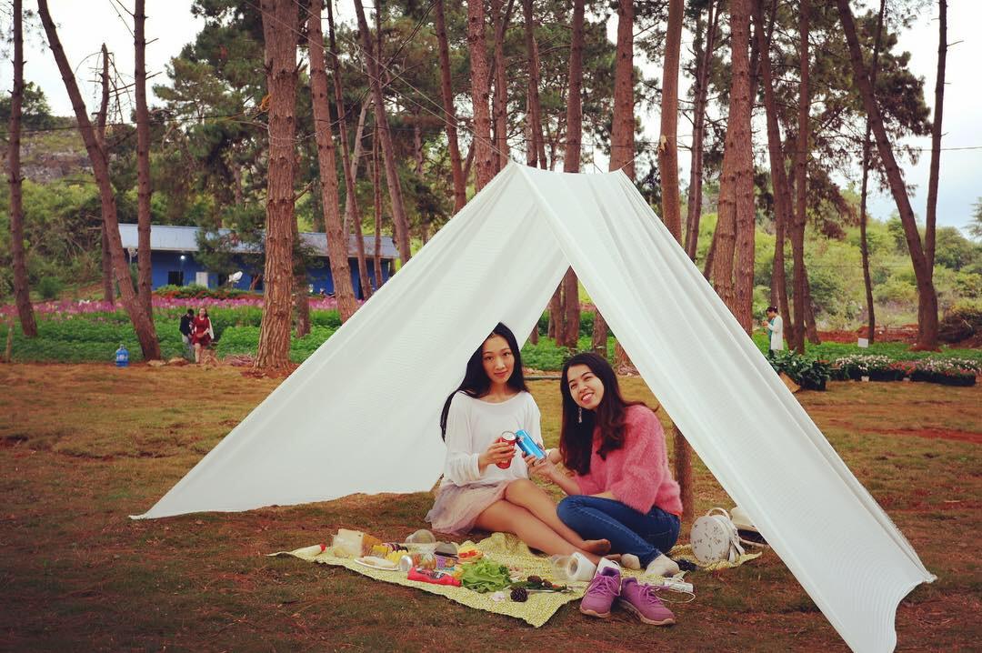 hai cô bạn xinh đẹp đến Chimi cắm trại