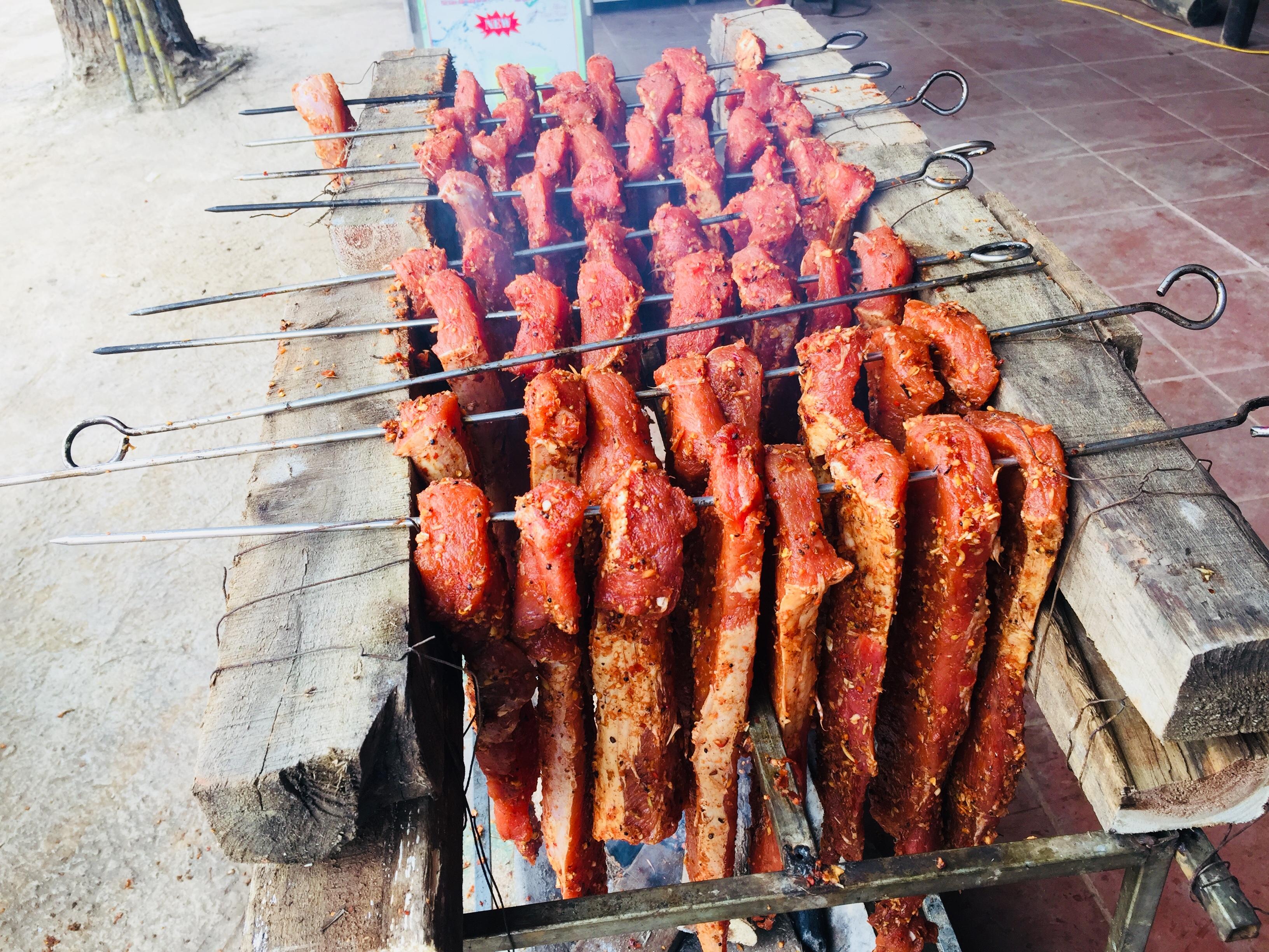 Thịt được hun trên bếp than củi