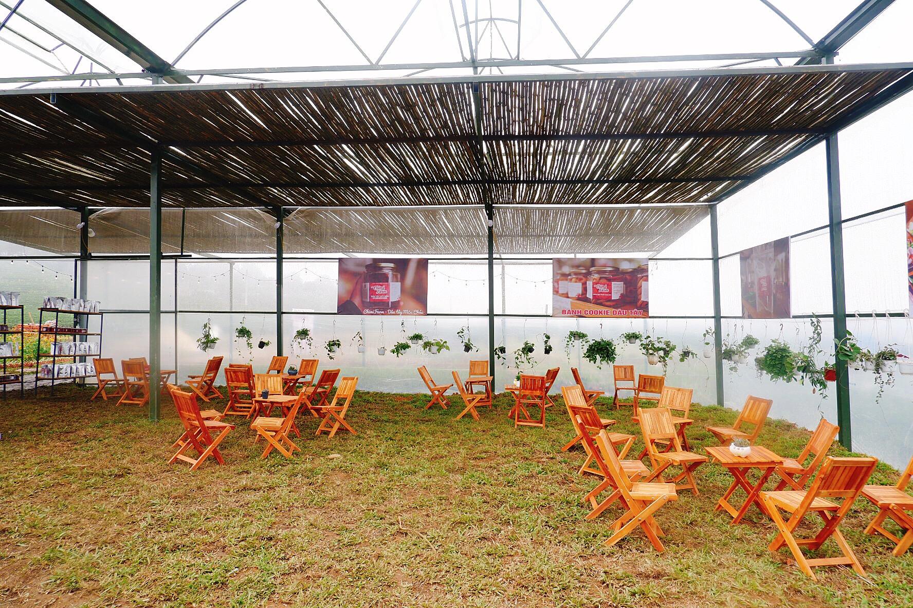 Khu vực để du khách ngồi thưởng thức sản phẩm của Chimi Farm