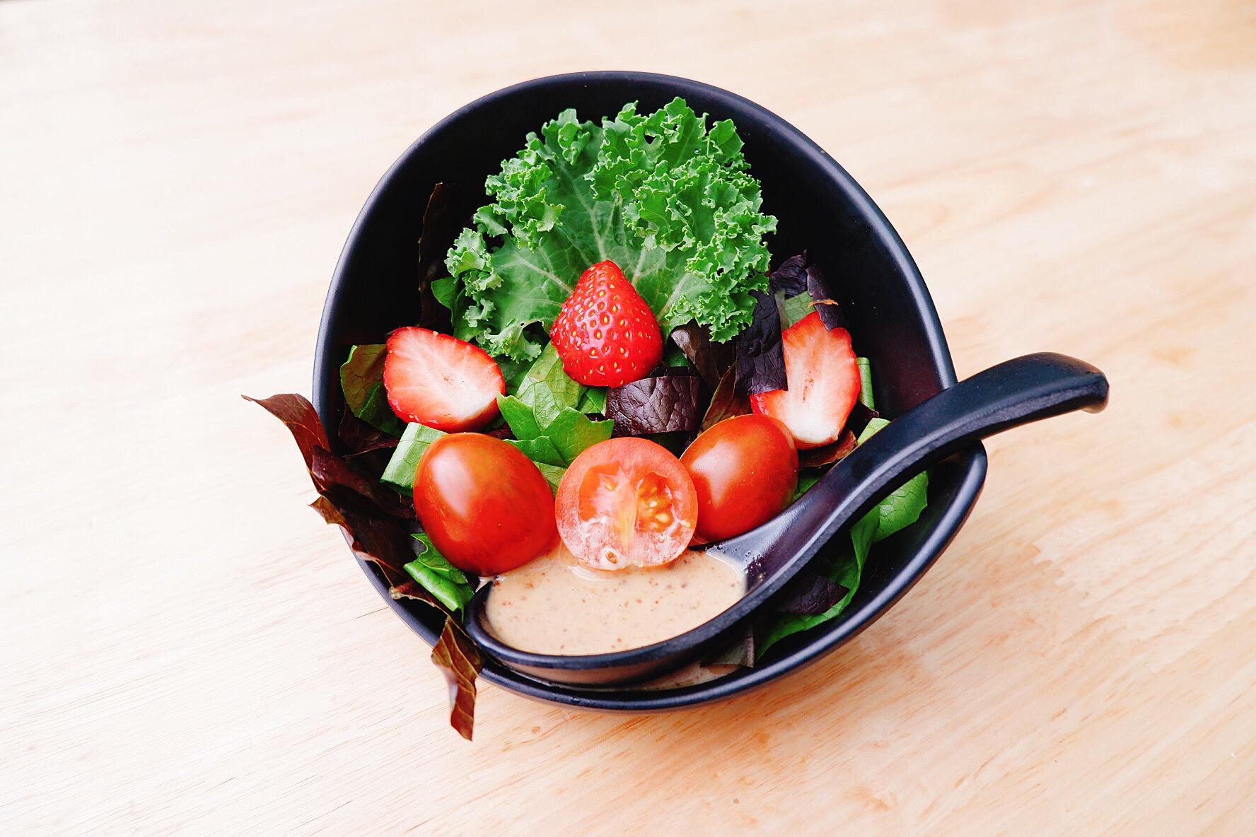 Salat rau, quả của nhà hàng Chimi được bày theo phong cách Nhật
