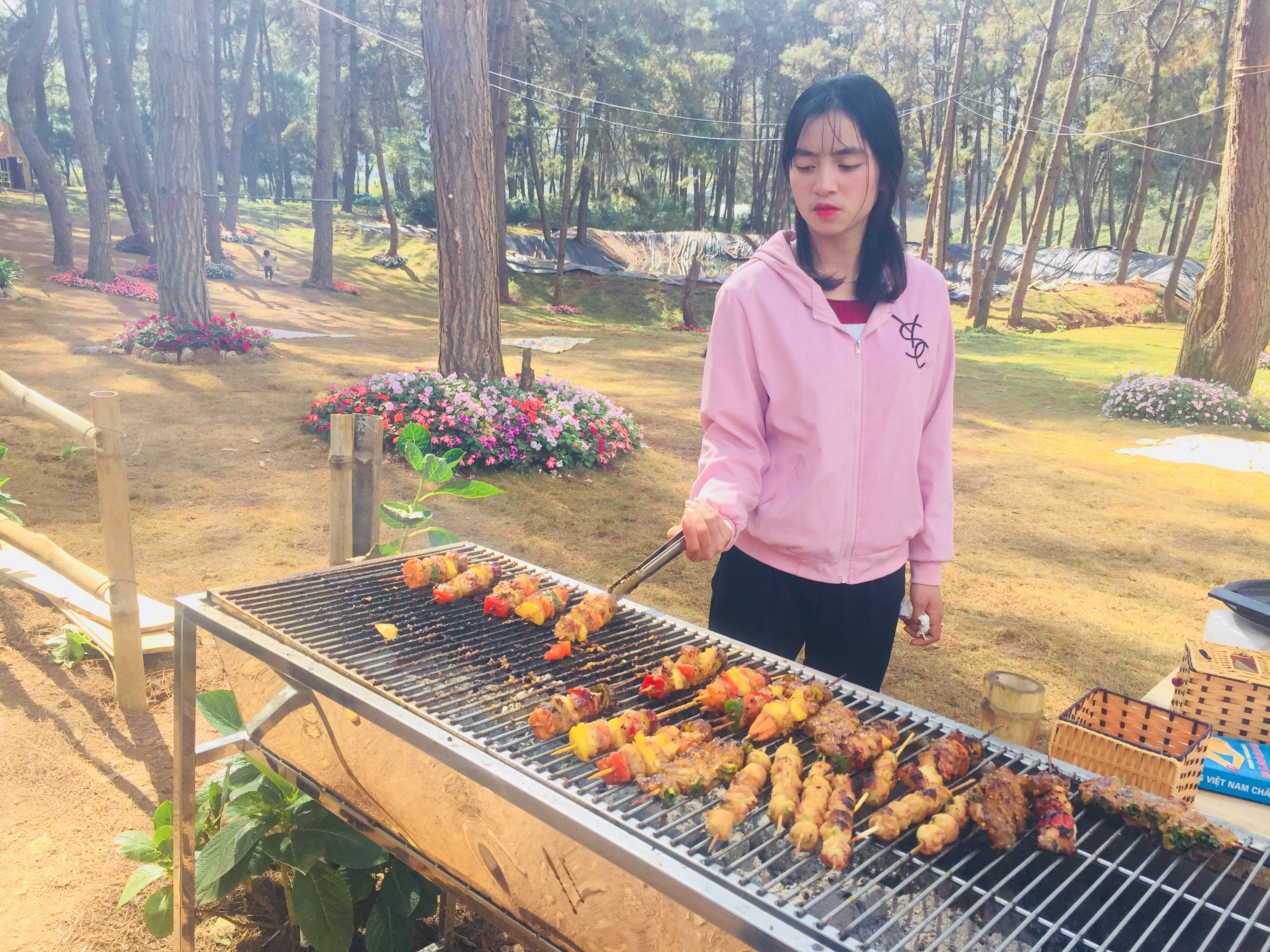 Nhân viên của nhà hàng Chimi đang nướng thịt ngoài trời