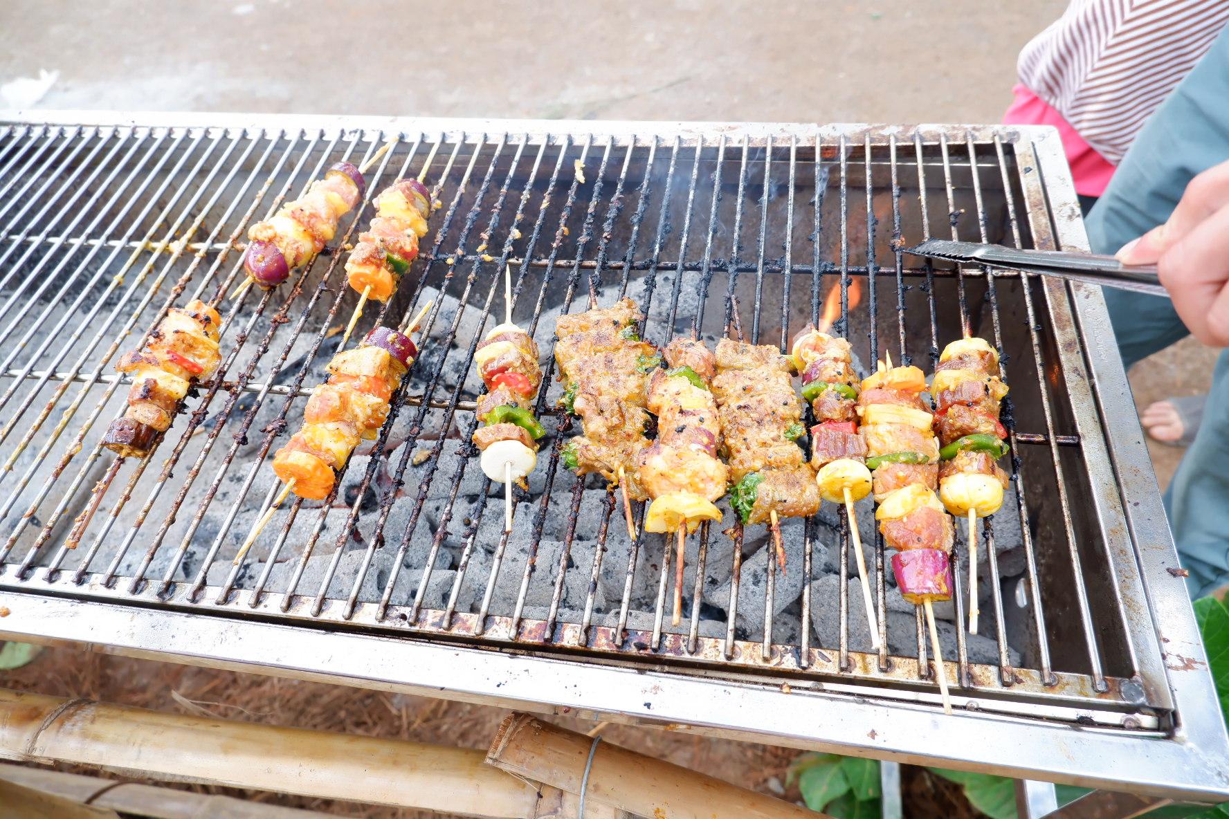 Thịt bò cuốn cải, thịt heo và rau, củ, quả xiên nướng, xúc xích...
