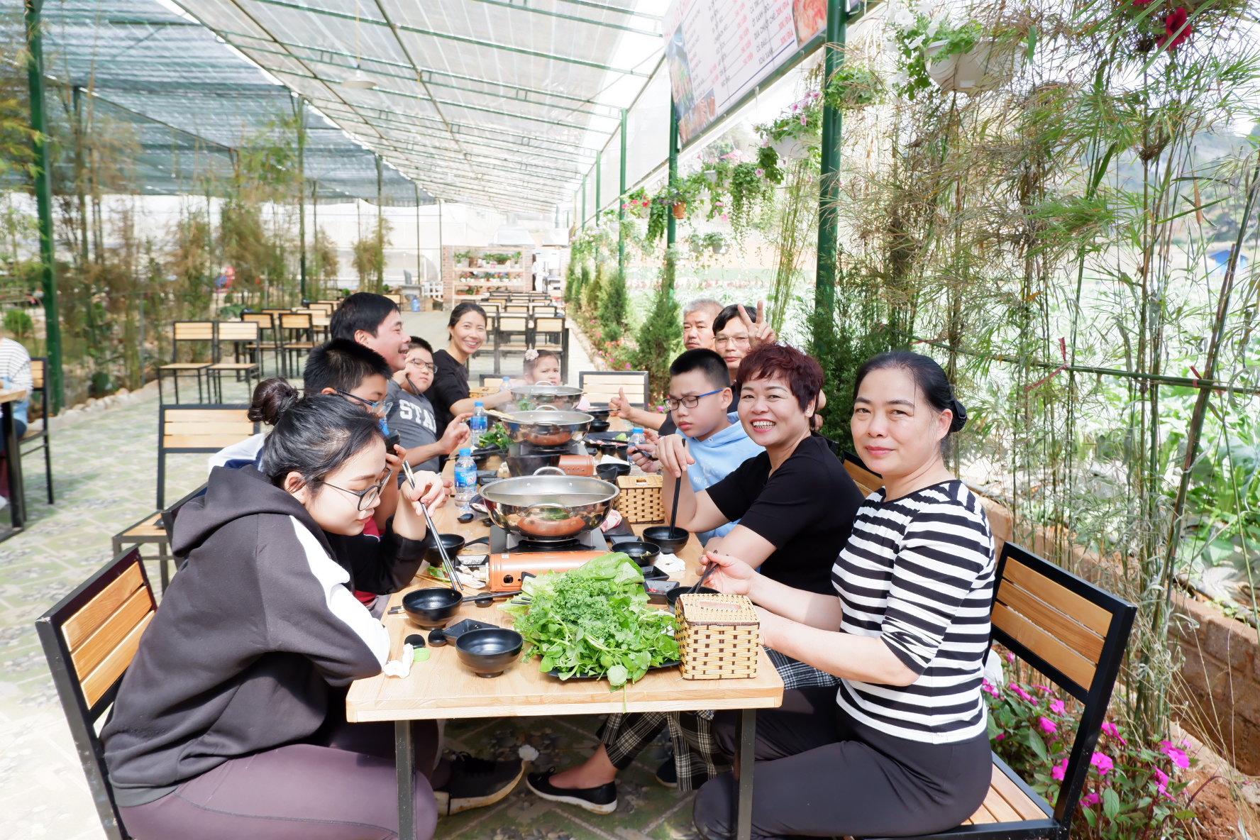 Những vị khách đầu tiên thưởng thức lẩu nướng tại nhà hàng Chimi Farm