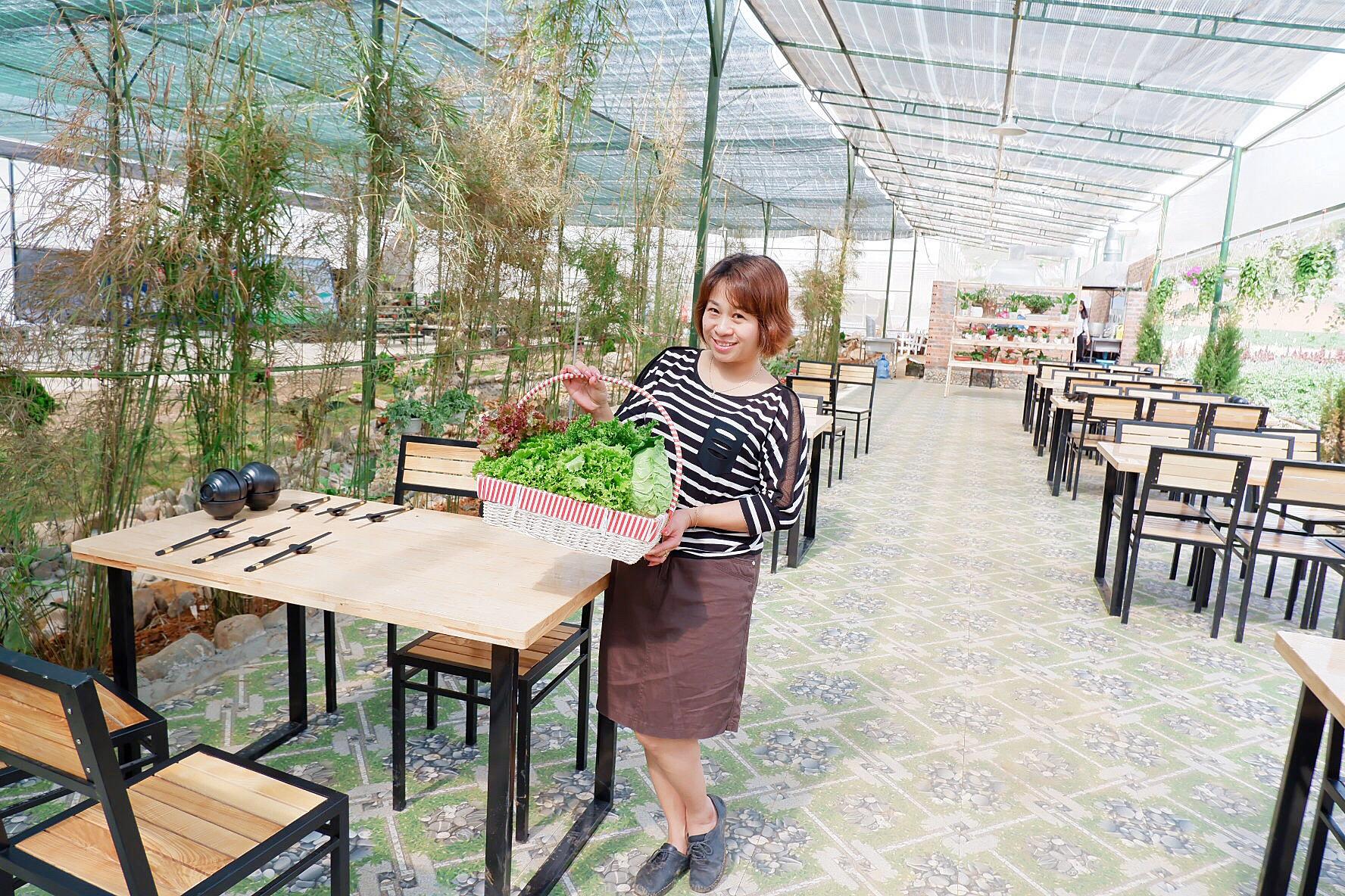 Thực khách tự tay ra vườn hái rau tươi và sạch