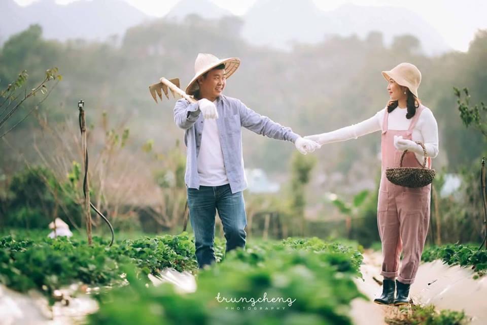 Hàng ngày ra sân vườn cùng nhau trồng rau, nuôi gà cũng hạnh phúc