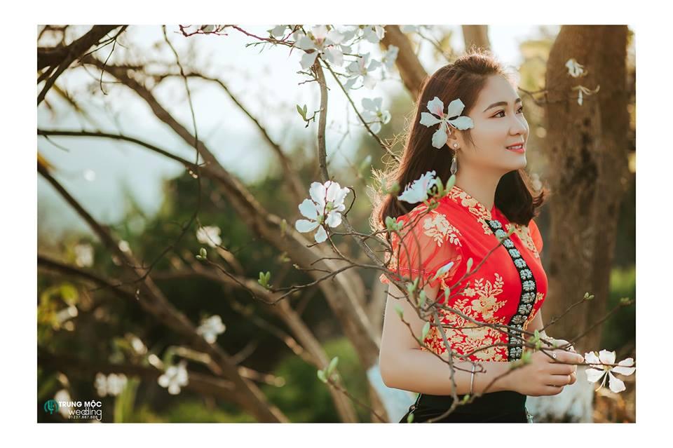 Cô gái Thái bên nhành hoa ban trắng của núi rừng - Ảnh Trung Mộc