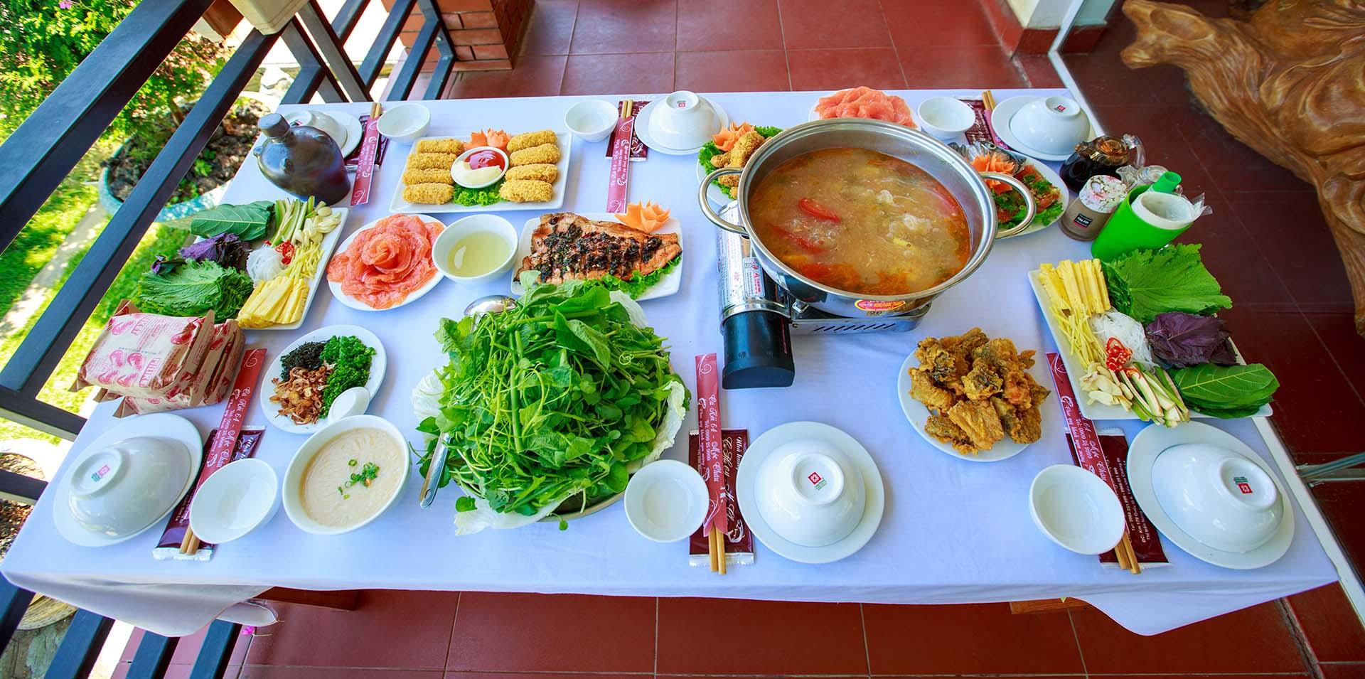 Set bàn ăn tại nhà hàng Cá Hồi 64 Mộc Châu