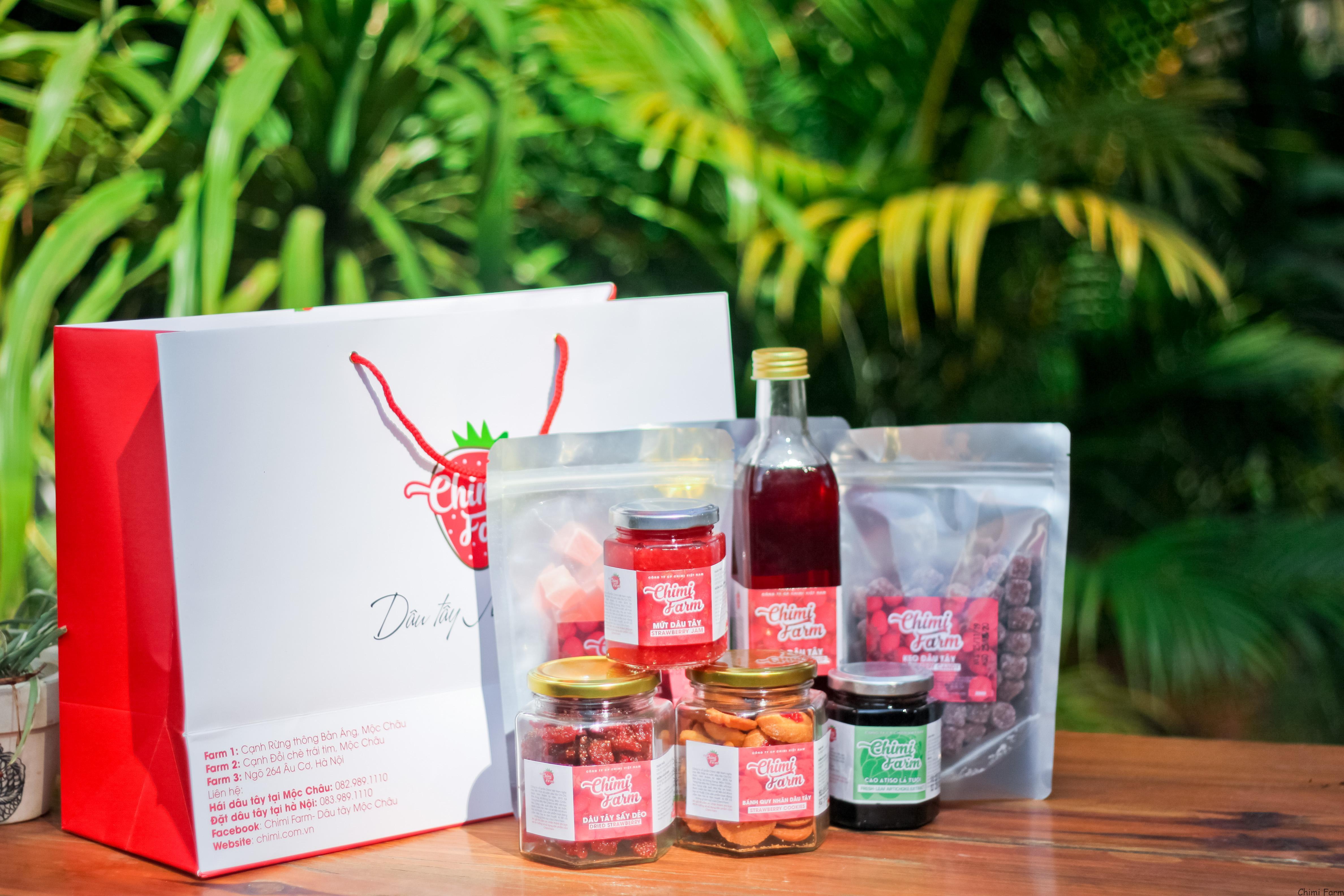 Các sản phẩm khô được chế biến từ dâu tây để du khách mua về làm quà