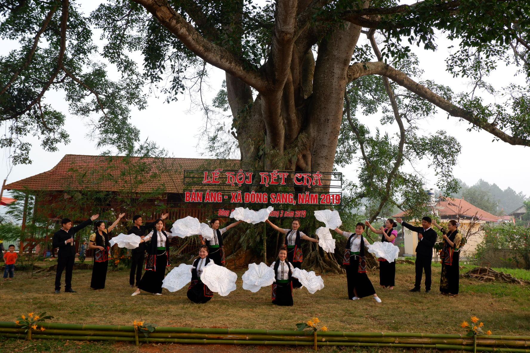Đội múa đều là người dân tộc Thái tại Bản Áng