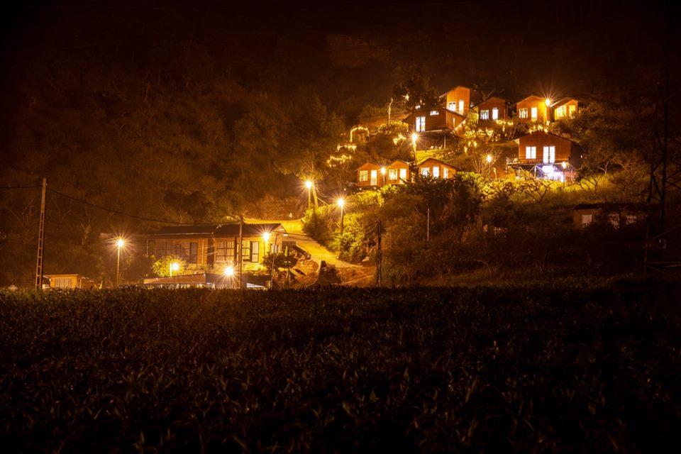 Top Hill như một tòa lâu đài giữa núi rừng khi đêm xuống