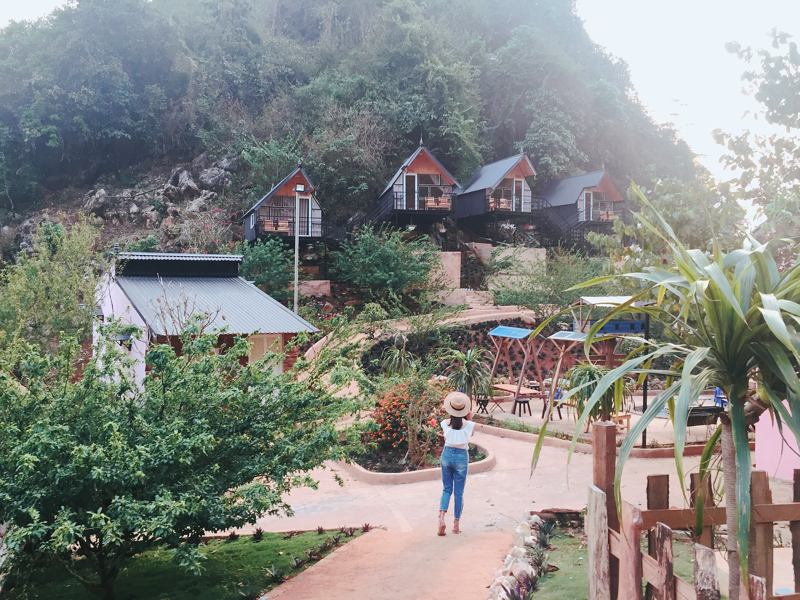 Các căn home treo leo trên vách núi