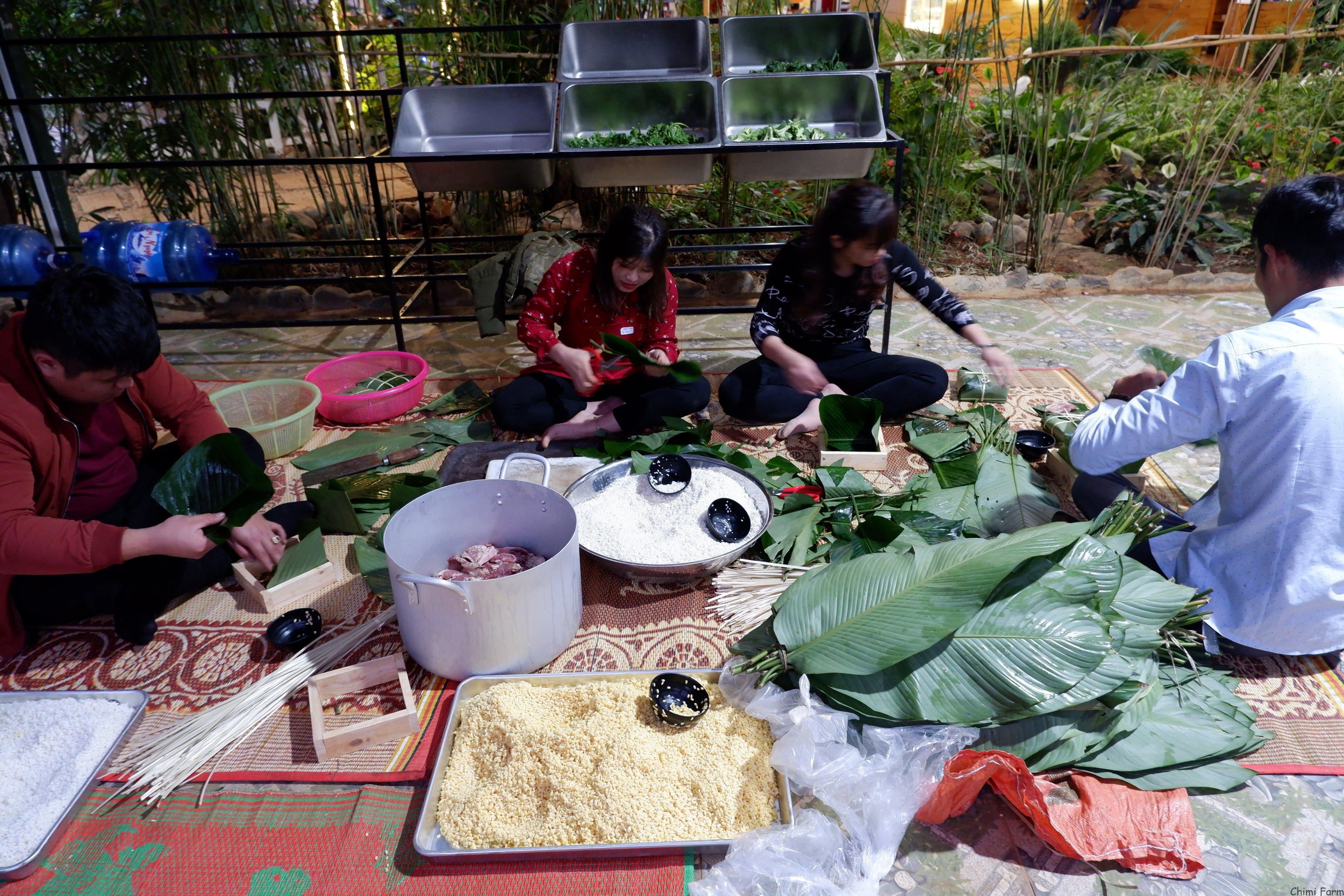 Nhân viên Chimi farm đang gói bánh chưng đón tết