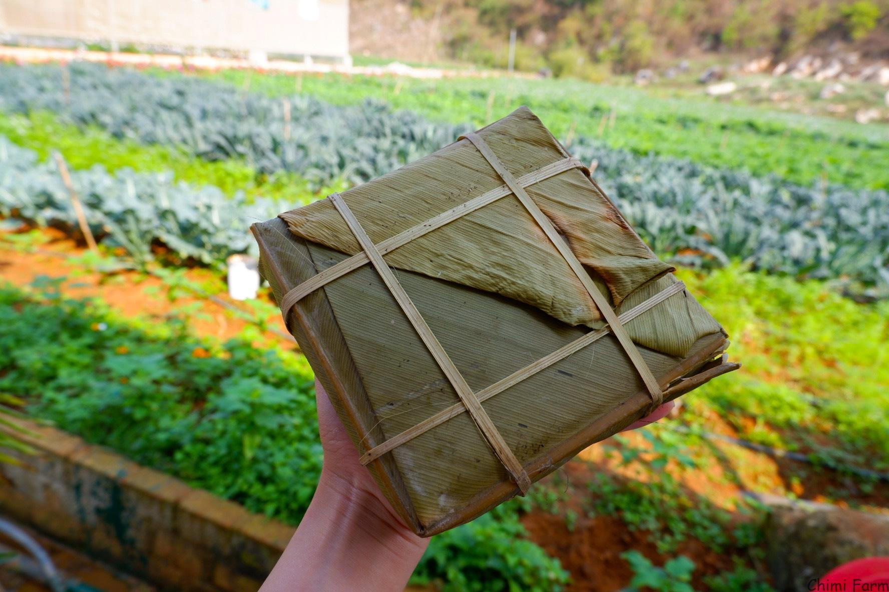 Bánh chưng tự tay lãnh đạo và nhân viên Chimi Farm gói tặng nhau