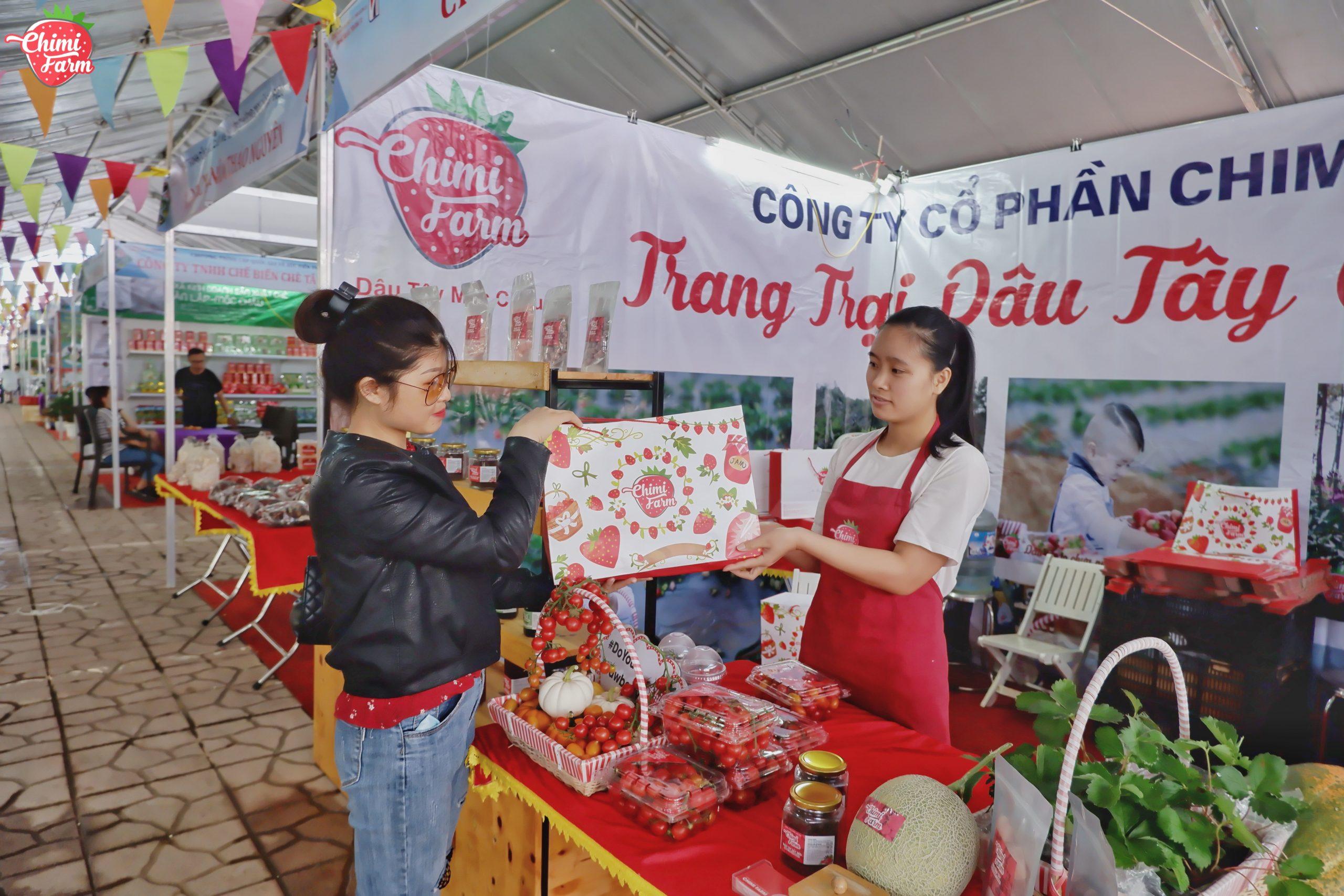 Du khách đang tham quan và mua hàng tại hội chợ nông sản