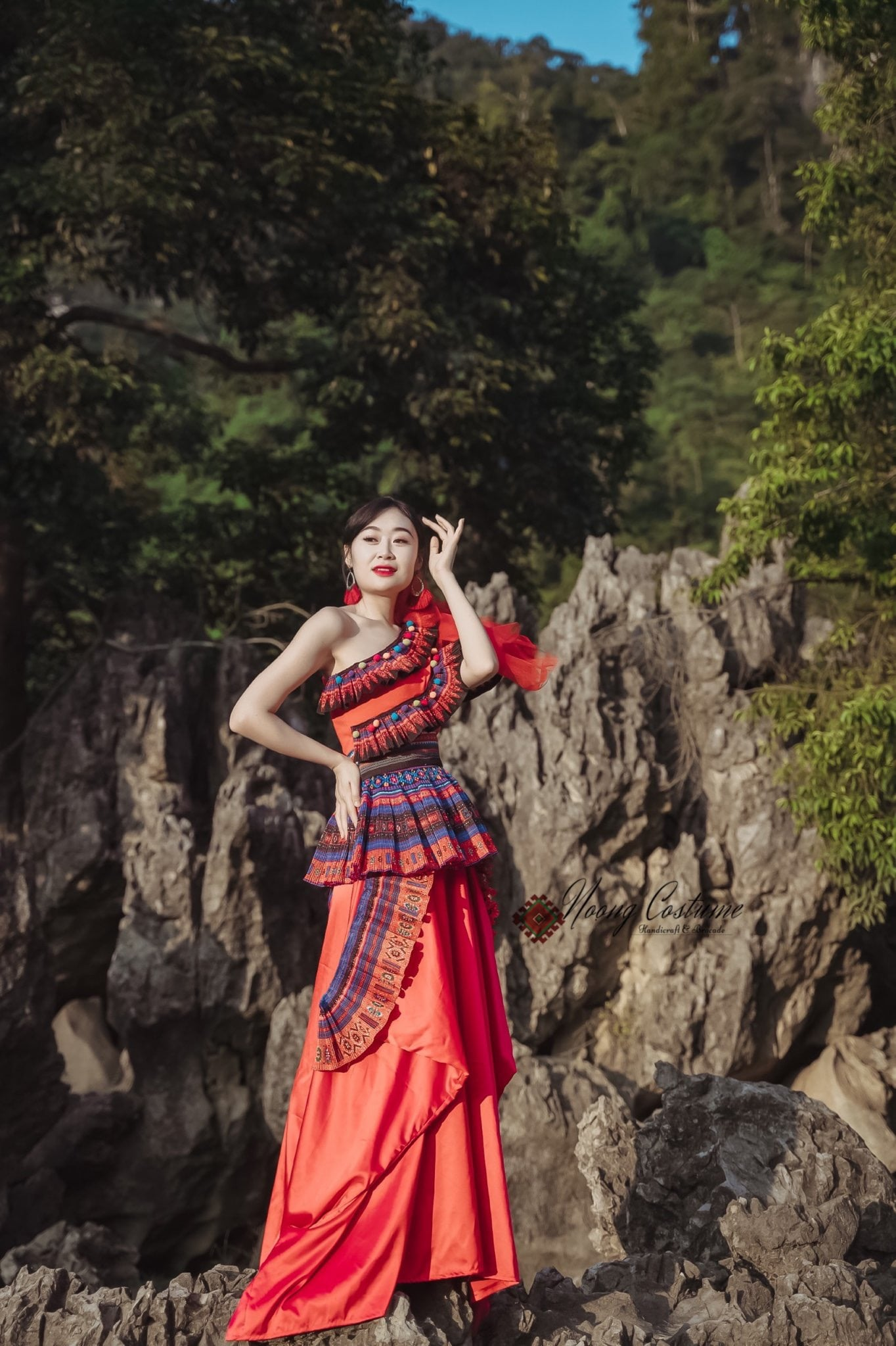 Những bộ trang phục kết hợp hài hòa giữa yếu tố truyền thống và hiện đại