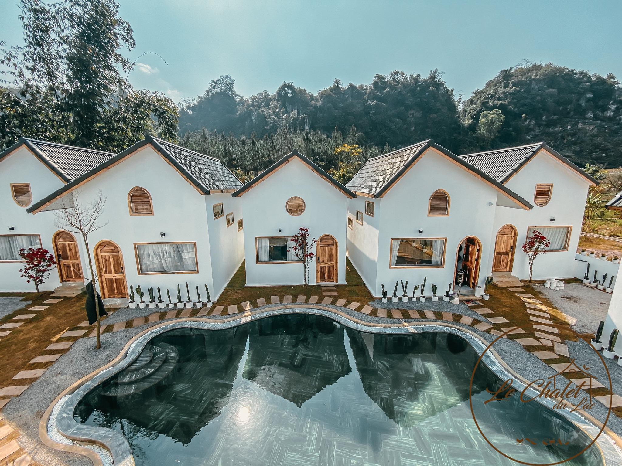 Le Chalet du Lac xinh xắn với những căn nhà màu trắng nằm bên hồ bơi. Nguồn: Le Chalet